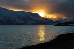 Заход солнца над горами стоковые фотографии rf
