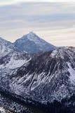 Заход солнца в горах, оранжевый заход солнца, облака и горы Стоковые Фото