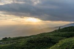Заход солнца в горах Перемещение к горам Стоковое Фото