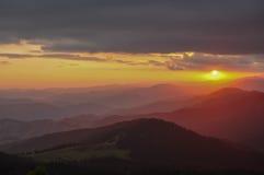 Заход солнца в горах Перемещение к горам Стоковые Фото