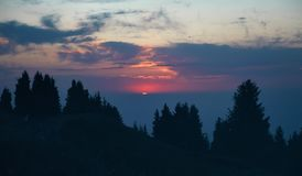 Заход солнца в горе стоковая фотография