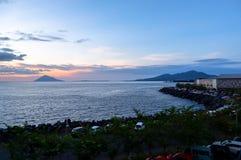 Заход солнца в городе Manado, северном Сулавеси стоковые фотографии rf