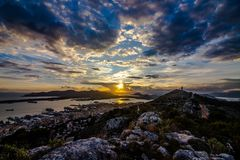 Заход солнца в красивом виде гор Стоковые Фото