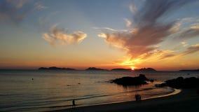 Заход солнца в мирном пляже Стоковая Фотография