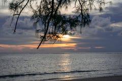Заход солнца в море, светлом - пурпурный, оранжевом стоковое фото