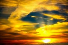 Заход солнца в облаках красочных стоковые фотографии rf