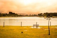 Заход солнца в парке с озером стоковые фотографии rf