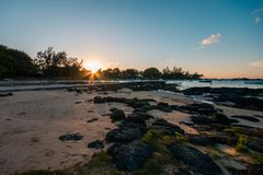 Заход солнца в пляже malheureux крышки, Маврикии стоковое изображение