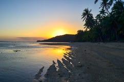 Заход солнца в побережье коралла, острове Viti Levu, Фиджи Стоковые Изображения RF