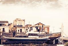 Заход солнца в Сицилии, гавани Acitrezza со шлюпками fisher рядом с островами циклопов, Катанией стоковое фото