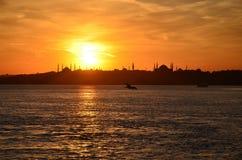 Заход солнца в Стамбуле, Турции Взгляд от моря marmara иллюстрация вектора