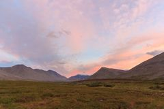Заход солнца в тундре в субполярном Урале с взглядами гор на горизонте Стоковая Фотография