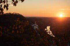 Заход солнца в украинском монастыре Скит на холме Река пропуская под холмами Плотный лес на холмах природа осени голубая длинняя  стоковое фото
