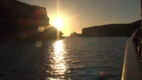 Заход солнца в Bonifacio, снятом от парусного судна приходя из порта сток-видео