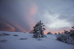 Заход солнца в WinterIn горы зима захода солнца гор s вечера ural снежок Стоковая Фотография