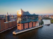 Заход солнца Гамбург Германия Elbphilharmoni стоковые фотографии rf