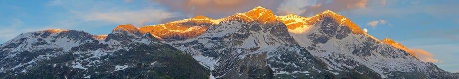 заход солнца горной цепи Стоковое фото RF