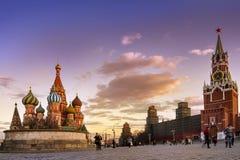 заход солнца города Москвы, St Basil& x27; собор s и стены Кремля и Стоковые Фото