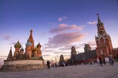 заход солнца города Москвы, St Basil& x27; собор s и стены Кремля и Стоковые Фотографии RF