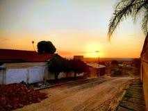 Заход солнца городком, изумительный момент стоковая фотография rf