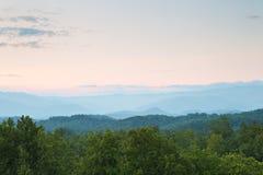 заход солнца гор закоптелый Стоковые Изображения
