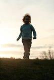 заход солнца девушки идущий Стоковое Изображение