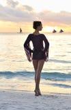 заход солнца девушки пляжа Стоковые Фотографии RF