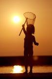 заход солнца девушки рыболовства Стоковые Изображения