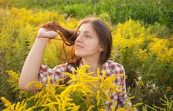 заход солнца девушки с волосами длинний стоковое изображение