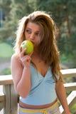 заход солнца девушки яблока Стоковая Фотография RF