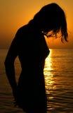 заход солнца девушки Стоковые Фотографии RF