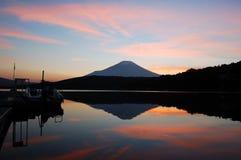 заход солнца держателя fuji Стоковое Изображение RF