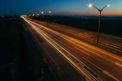 Заход солнца долгой выдержки над шоссе стоковое изображение rf
