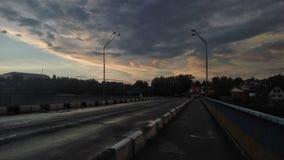 заход солнца дороги высокой светлой перспективы контраста красный Взгляд красоты неба с облаками, архитектурой, лесом и ландшафто Стоковые Изображения RF