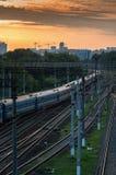 заход солнца железнодорожного вокзала железной дороги kyiv отслеживает Украину Стоковые Фотографии RF