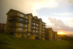 заход солнца жилого квартала стоковая фотография rf
