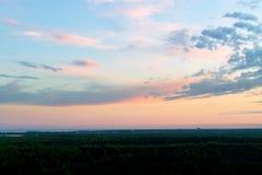Заход солнца заволакивает с лесом и пастельными цветами сияющего солнца на драматическом небе Панорамный заход солнца, изумительн стоковые изображения