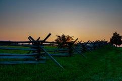 Заход солнца загородки рельса разделения стоковая фотография