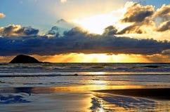 заход солнца залива маорийский Стоковые Изображения RF