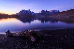 Заход солнца за горой и озером стоковое изображение