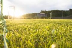 Заход солнца зеленой травы цели футбольного поля внешний Стоковая Фотография RF