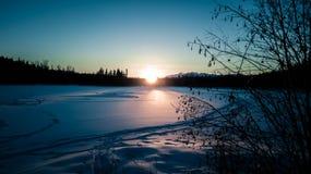 Заход солнца зимы над озером стоковая фотография rf