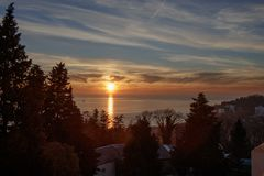 Заход солнца зимы на Чёрном море Взгляд от балкона гостиницы стоковое фото rf