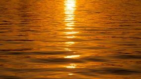 Заход солнца Золотой солнечный путь на воде стоковое фото rf