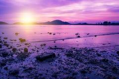 Заход солнца или восход солнца моря в сумерк с небом и облаком Стоковые Фотографии RF