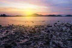 Заход солнца или восход солнца моря в сумерк с небом и облаком Стоковые Изображения