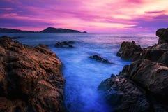 Заход солнца или восход солнца моря в сумерк с небом и облаком Стоковое Изображение