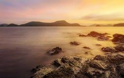 Заход солнца или восход солнца моря в сумерк Стоковые Фото