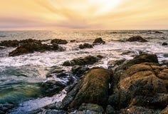 Заход солнца или восход солнца моря в twilight красочных небе и облаке Стоковые Изображения