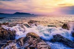 Заход солнца или восход солнца моря в twilight красочных небе и облаке Стоковые Изображения RF